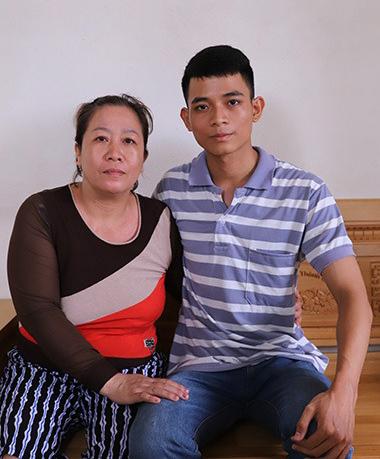 Chánh cùng mẹ. Ảnh: Nguyễn Đông.