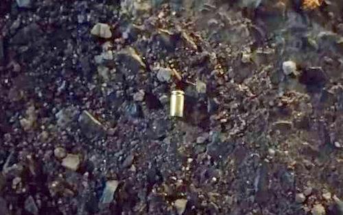 Một vỏ đạn rơi trên đường. Ảnh: Nam Vinh.
