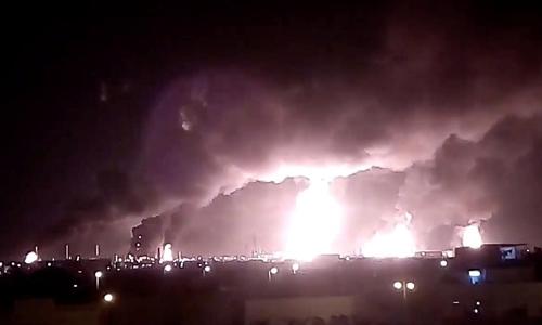 Nhà máy ởBuqayq bị tấn công bằng máy bay không người lái ngày 14/9. Ảnh: Reuters.