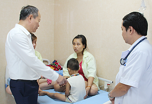 Lãnh đạo huyện và Sở y tế thăm hỏi trẻ ở Trung tâm Y tế huyện Cẩm Khê hôm 16/9. Ảnh: Báo Phú Thọ