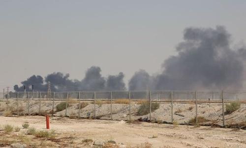 Khói đen bốc lên từ nhà máy dầu ở Abqaiq, Arab Saudi, sau vụ tấn công ngày 14/9. Ảnh: AFP.