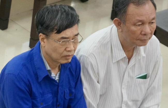 Ông Lê Bạch Hồng (áo xanh) ngồi ghế dành cho bị cáo trong sáng 18/9. Ảnh: Việt Dũng