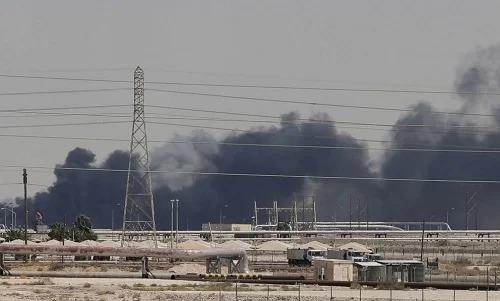 Khói bốc lên tại nhà máy lọc dầu ở thành phố Abqaiq của Arab Saudi sau vụ tấn công ngày 14/9. Ảnh: ABC News.
