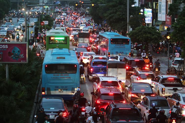 Trên đường Tố Hữu chiều tối 18/9, các phương tiện đi vào làn đường riêng cho xe BRT tuyến Kim Mã - Yên Nghĩa. Ảnh: Võ Hải.