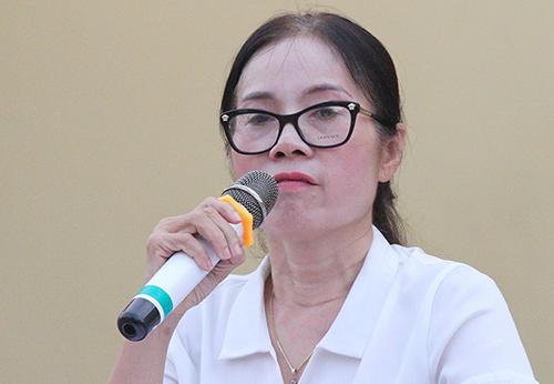 Hiệu trưởng Lê Thị Thủy khóc khi phát biểu trước phụ huynh chiều 18/9. Ảnh: Đức Hùng