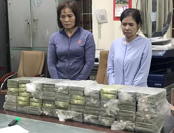Nghi phạm và tang vật tại Cục Cảnh sát điều tra tội phạm về ma túy.