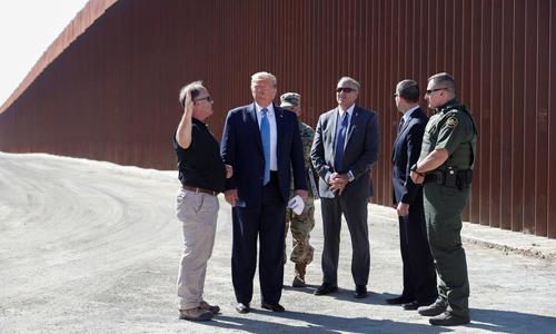 Tổng thống Mỹ Donald Trump (thứ hai từ trái sang) thăm một phần bức tường biên giới ở San Diego, bang California hôm 18/9. Ảnh: Reuters.