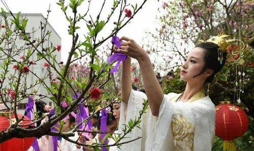 Một cô gái mặc Hán phục tại lễ hội hoa ở Bắc Kinh hồi tháng 4. Ảnh: People.cn.