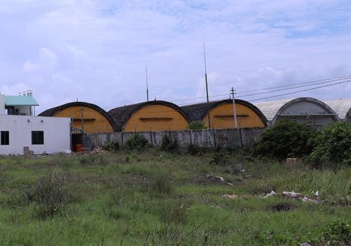 20 lô đất còn lại nằm cách sân bay quân sự một bức tường rào. Ảnh: Nguyễn Đông.