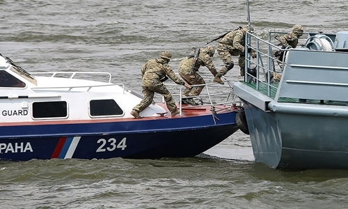 Lực lượng tuần duyên Nga lên tàu đánh cá Triều Tiên. Ảnh: TASS