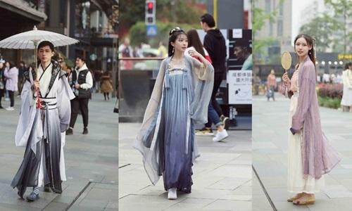 Giới trẻ Trung Quốc diện Hán phụ trên đường phố. Ảnh: Weibo.