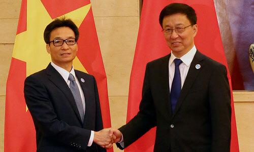 Phó Thủ tướng Vũ Đức Đam (trái) bắt tay người đồng cấp Trung Quốc Hàn Chính tại Nam Ninh hôm nay. Ảnh: VGP.