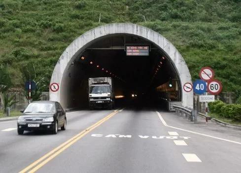 Hầm Hải Vân dài 12 km, hầm đường bộ dài nhất Việt Nam. Ảnh: Võ Thạnh.