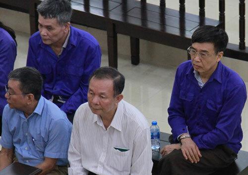 Ông Ban (áo trắng, hàng trên) và ông Hồng (áo xanh, ngoài cùng bên phải) tại tòa.