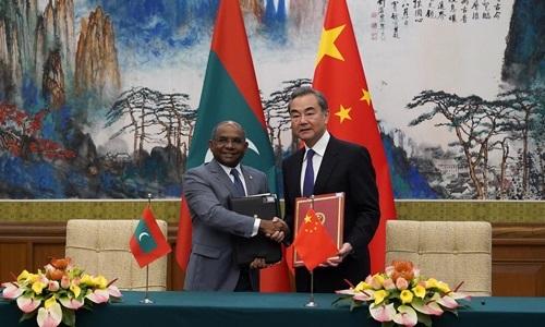 Ngoại trưởng Maldives Abdulla Shahid (trái) và Ngoại trưởng Trung Quốc Vương Nghị tại nhà khách Điếu Ngư Đài, Bắc Kinh, hôm 20/9. Ảnh: Reuters.