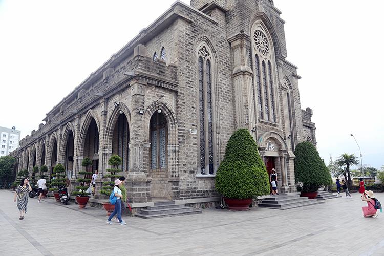 Nhà thờ đá Nha Trang muốn thu phí khách nước ngoài - ảnh 1