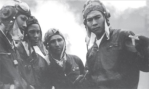 Phi công Nguyễn Văn Bảy (ngoài cùng, bên phải) thuật lại trận không chiến bắn hạ tiêm kích F-4  cho đồng đội (từ trái qua) Hồ Văn Quý, Nguyễn Bá Địch và Võ Văn Mẫn tại sân bay Kép ngày 16/9/1966. Ảnh: Osprey.