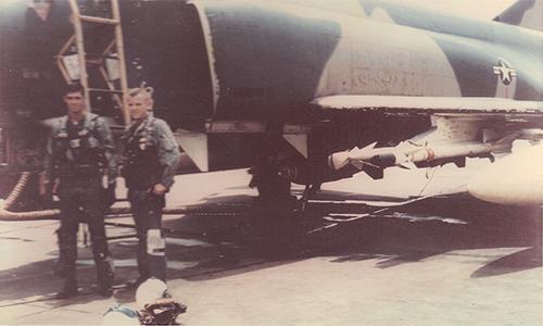 Thượng úy Hubert Buhanan (trái) và thiếu tá John Robertson (phải) đứng trước chiếc F-4C-20-MC số hiệu 63-7643 tại căn cứ không quân Ubon, Thái Lan ngày 15/9/1966. Ảnh: US Air Force.