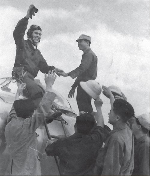 Đồng đội chúc mừng phi công Nguyễn Văn Bảy (phía trên, bên trái)  sau chiến công đầu tiên bắn hạ tiêm kích bom F-4C ngày 26/4/1966. Ảnh: Bảo tàng Không quân.