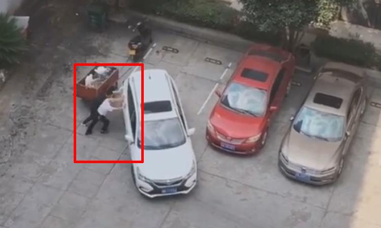 Tài xế ôtô bất lực khi lùi xe vào chỗ đỗ -