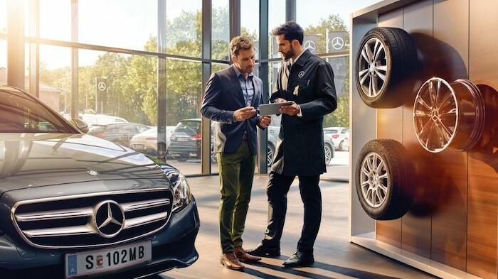 Tư vấn dịch vụ tại showroom Mercedes.