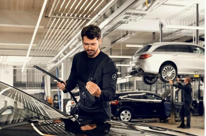 Kỹ thuật viên Mercedes kiểm tra xe.