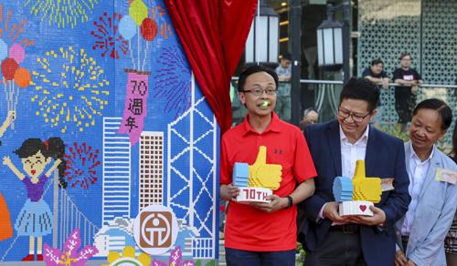 Nghị sĩ Patrick Nip Tak-kuen (áo đỏ) bị chiếu laser lên mặt khi dự sự kiện mừng quốc khánh ở phố Tsing Yi hôm 22/9. Ảnh: SCMP.