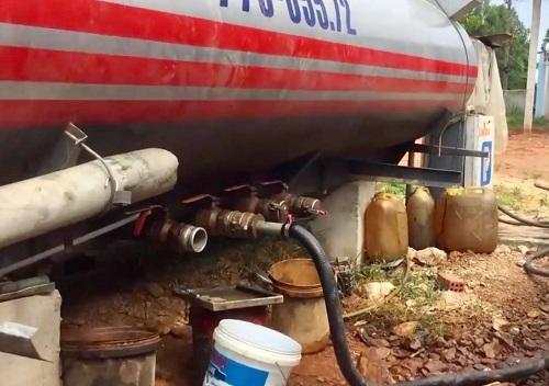 Ống dẫn dùng để trộn dầu giả vào dầu Doil. Ảnh: Thạch Thảo.