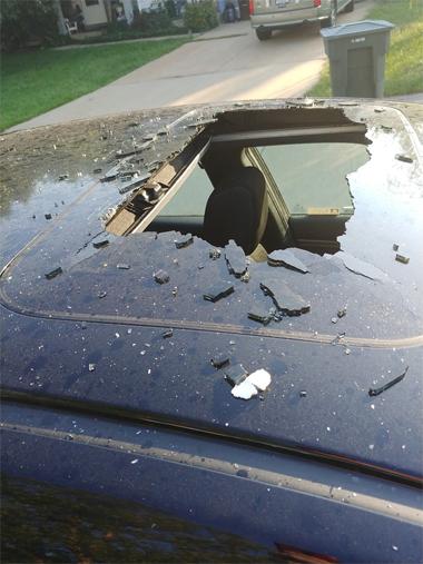 Gần như toàn bộ cửa sổ trời của chiếc Civic vỡ toác. Ảnh: Facebook