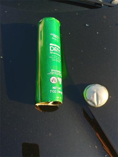 Chai dầu gội khô, thủ phạm của vụ nổ. Ảnh: Facebook