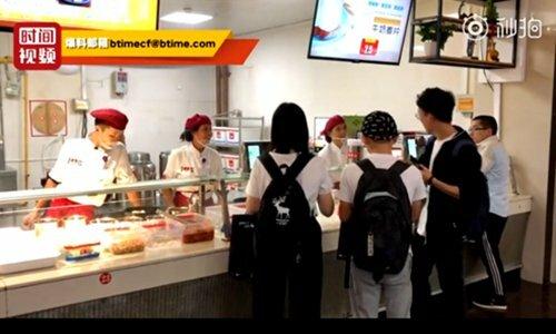 Sinh viên mua đồ ăn ở căng tin Đại học Xidian. Ảnh chụp màn hình video trên Btime