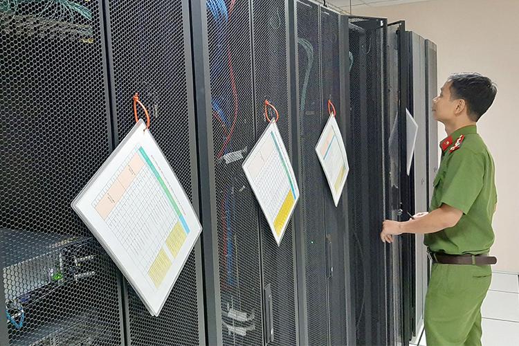 Hệ thống máy móc thiết bị ở Trung tâm dữ liệu quốc gia về dân cư tại Bộ Công an phục vụ việc cấp mã số định danh cá nhân. Ảnh: Bá Đô