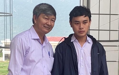 Ông Thuần, Phó Giám đốc Sở Giáo dục Khánh Hòa đến trường thăm, khen thưởng Nguyễn Hải Đăng, hôm qua. Ảnh: Việt Kim
