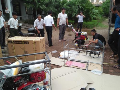 Nông dân xã Tân Hòa nhận máy hỗ trợ đa năng.