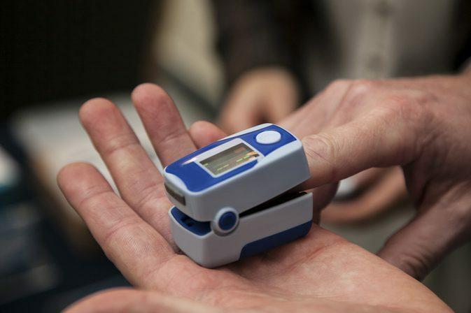 ADN của Lukis được cho là vào móng tay nạn nhân qua máy đo nhịp tim. Ảnh: Dreamstimes.