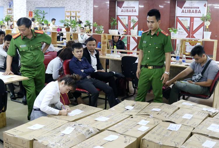Cảnh sát thu giữ tài liệu tại Công ty Alibaba. Ảnh: Công an cung cấp.