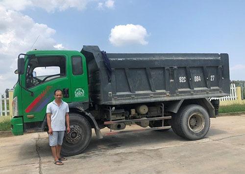 Nguyễn Văn Phương và chiếc xe tải gây tai nạn tại cơ quan công an. Ảnh: Công an cung cấp.