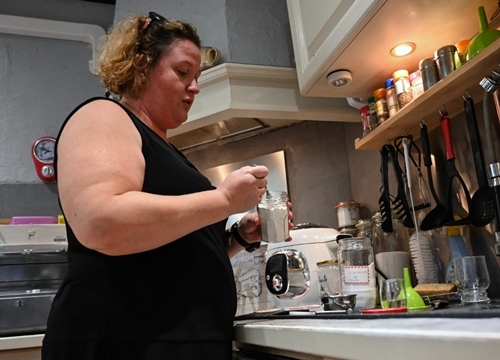 Magdalene Deleporte giải thích cách làm viên thả bồn tắm tạo bọt trong nhà riêng ở Roubaix, miền bắc nước Pháp, hôm 16/9. Ảnh: AFP