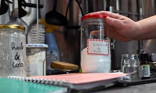 Những nguyên liệu dùng để tự làm mỹ phẩm, chất tẩy rửa trong gia đình Deleporte. Ảnh: AFP