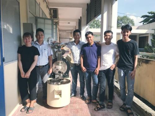 Sinh viên khoa Kỹ thuật hóa họctrải nghiệm với máy rang cà phê.