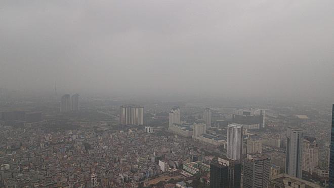 Ô nhiễm khói bụi dày đặc trên bầu trời thủ đô Hà Nội. Ảnh: Thùy An
