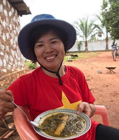 Nữ sĩ quan mũ nồi xanh Việt Nam giúp dân Trung Phi trồng trọt