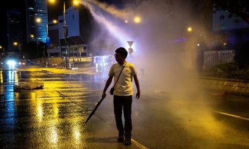 Cảnh sát phun vòi rồng vào người biểu tình ở Hong Kong ngày 28/9. Ảnh: Reuters.