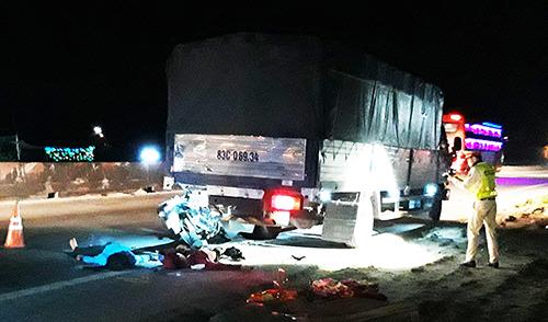 Hai mẹ con chết khi tông ôtô tải - ảnh 1
