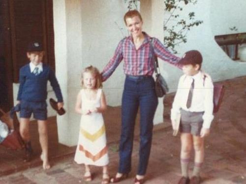 Maye Musk chụp ảnh cùng các con khi sống tại Nam Phi. Ảnh:CNBC.
