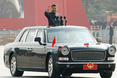 Ông Tập kiểm tra đội hình lực lượng vũ trang trên quảng trường Thiên An Môn sáng 1/10. Ảnh: Reuters.