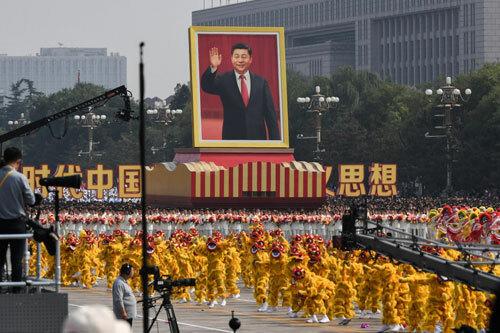 Xe mô hình mang chân dung cỡ lớn của ông Tập trong lễ diễu hành. Ảnh: AFP.