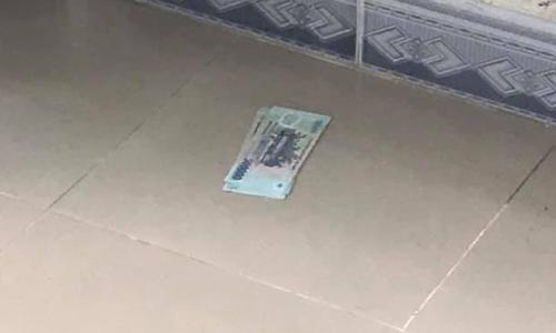Xấp tiền phát hiện dưới nệm trong phòng của khách hàng.
