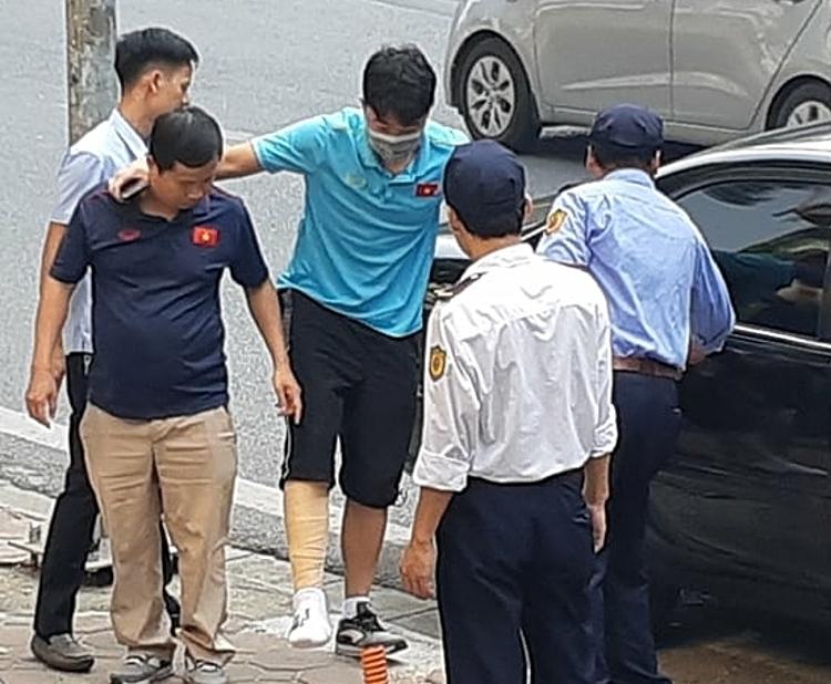 Xuân Trường (xanh) được bác sỹ của đội tuyển đưa đến bệnh viện thăm khám sáng 1/10. Ảnh: Giang Nguyễn.