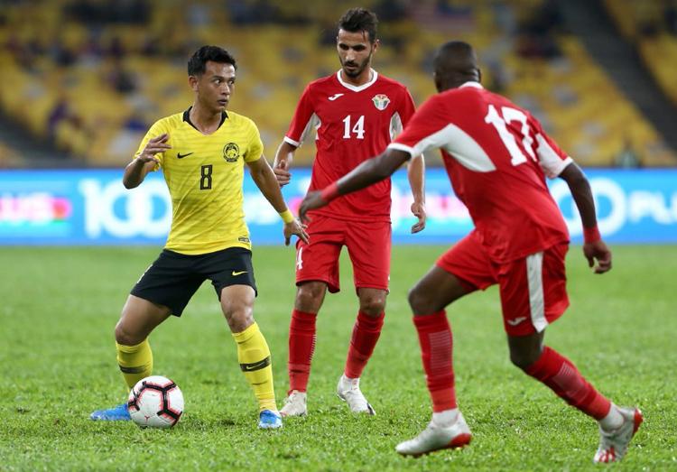 HLV Tan Cheng Hoe lo lăng Nor Azam Abdul Azih (áo vàng số 8) không kịp bình phục để đối đầu Việt Nam.